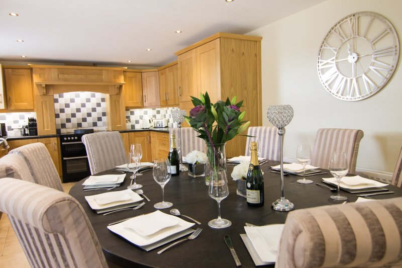 Luxury House With BBQ Hut - Sleeps Upto 10 People, holiday rental in Glaslough