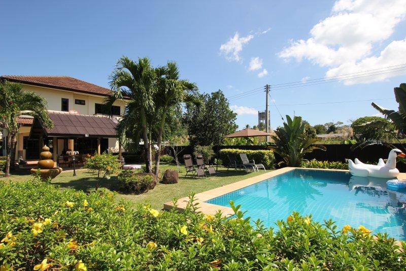 Luxury 4 Bedroom Private Pool Villa em jardins paisagísticos.