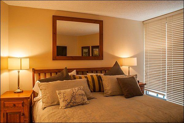 Chambre à coucher principale offre un lit king confortable