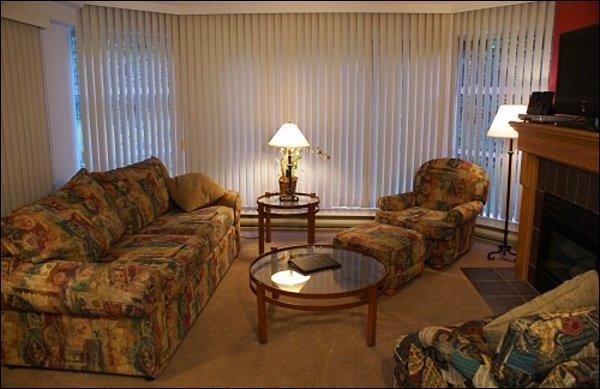 Lindamente decorado sala de estar
