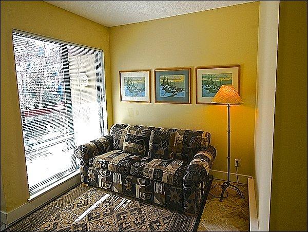 Área de Den pitoresca com sofá-cama