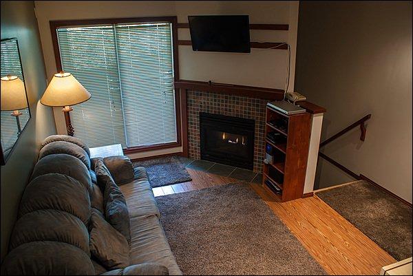 Espace de vie propre et confortable avec cheminée