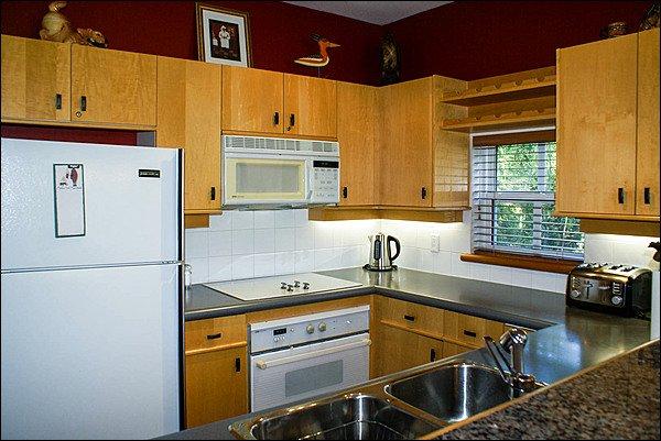 Vista da cozinha totalmente equipada