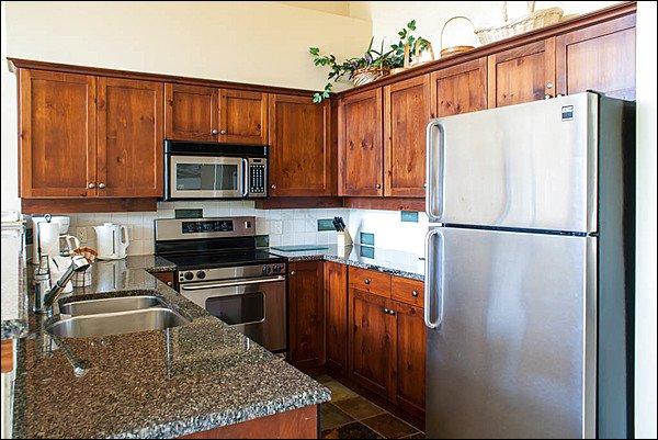Linda cozinha moderna e limpa