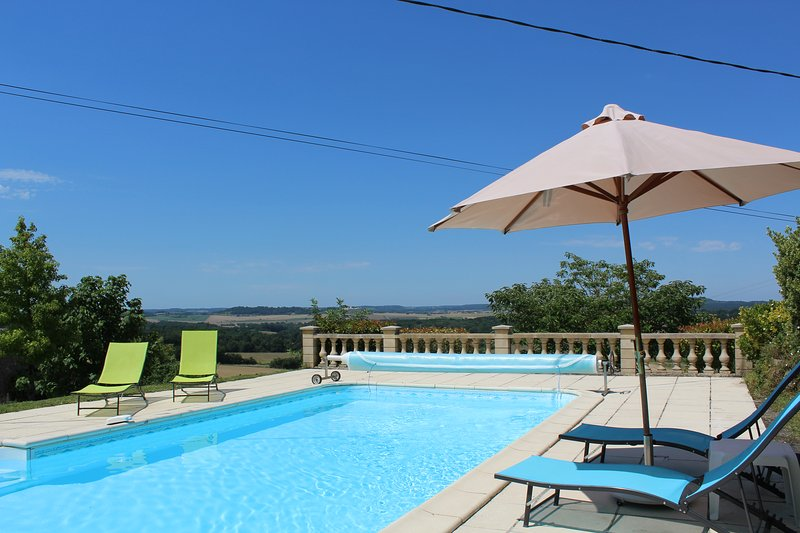 Gite with private heated pool and panoramic views, holiday rental in Puyrenier