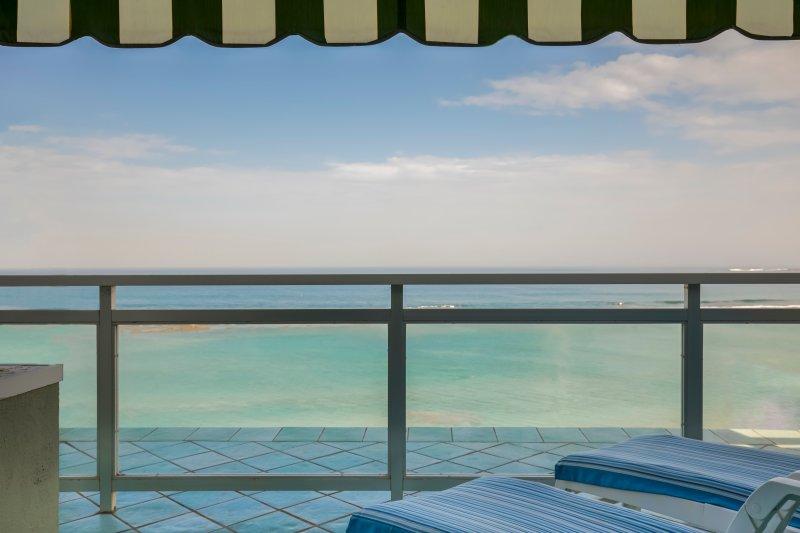 Terrass med utsikt över havet med markis