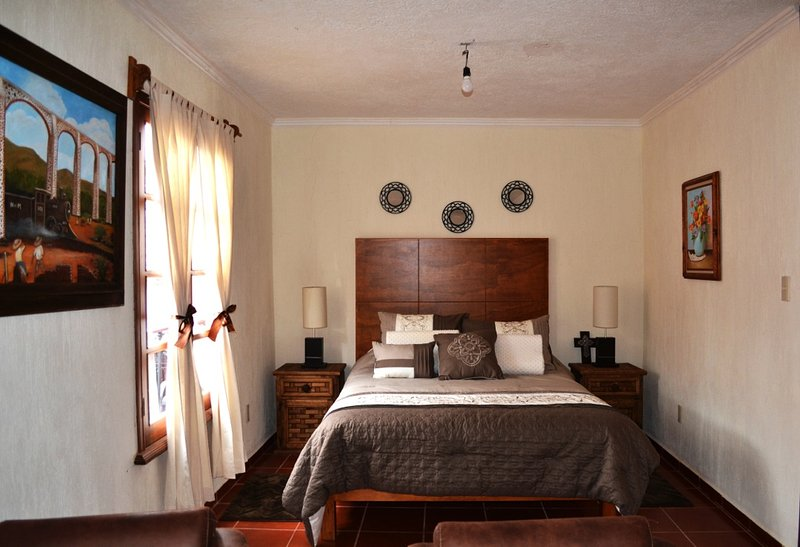 Acogedora habitación con una distribución amigable. Cama Queen con detalles rústicos mexicanos.