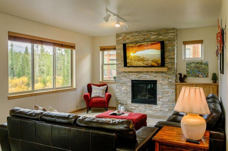 Wohnbereich mit Flachbildschirm und Kamin