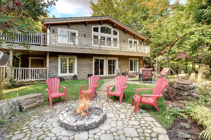 Mountain view - 5 bedroom +, hot tub, vacation rental in Riviere-Rouge