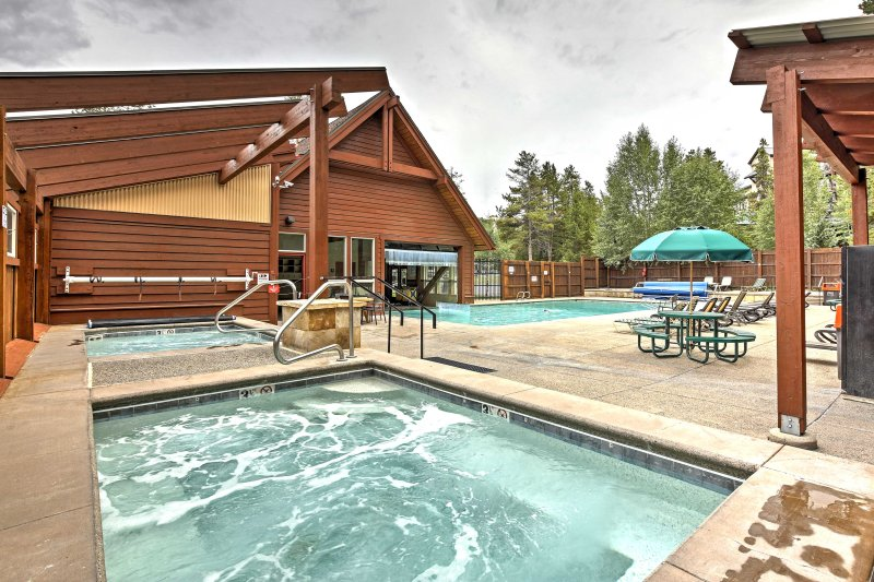 Die Gemeinschaft Whirlpools und Pool sind ein großartiger Ort, um Ihre Muskeln zu lockern!