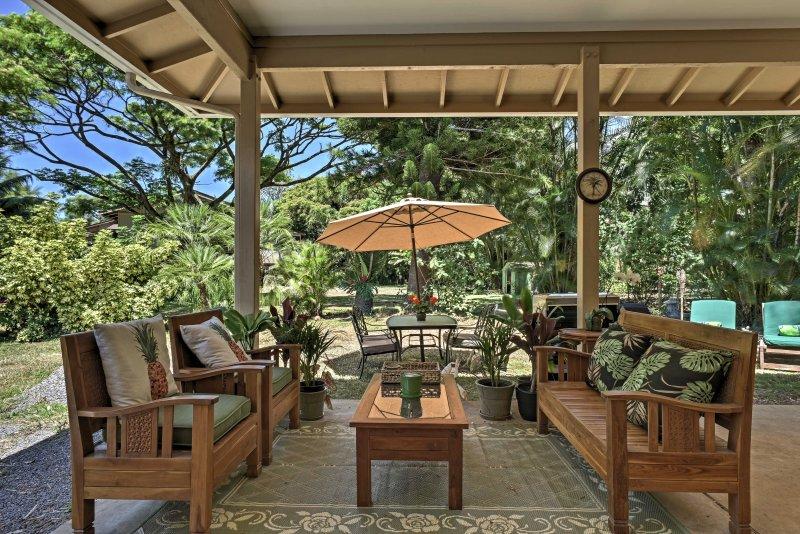 Relajarse en el patio cubierto durante su estancia en este 2 dormitorios, 2 baños casa de alquiler en Haiku.