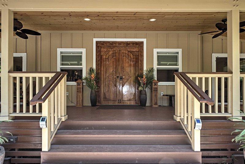 Entrar en la casa a través de una puerta tallada bellamente y disfrutar de su próxima escapada de Hawai!
