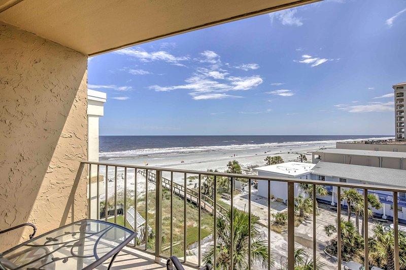 Imprégnez-vous de la vue imprenable sur l'océan à partir de ce 2 chambres, 1 salle de bain Jacksonville Beach condo de location de vacances!