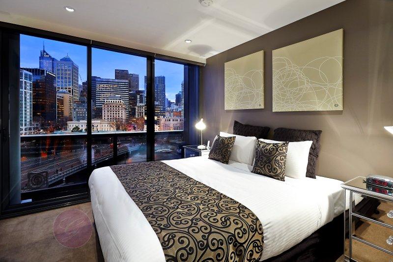 Chambre 3 avec lit king Split, salle de bains et balcon