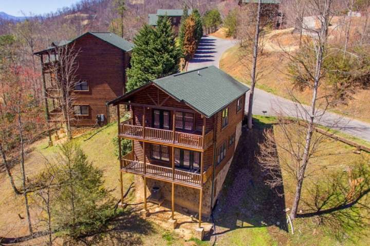 Rustic Paradise-2 mi to Gatlinburg-PoolTable-HotTub-WiFi-Jacuzzi Tub-resort pool, vacation rental in Gatlinburg