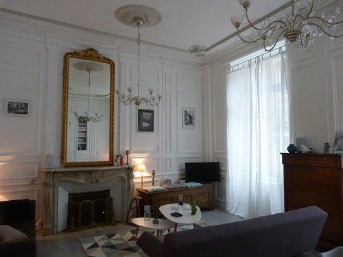 apartamento con jardín, sala de estar elegante