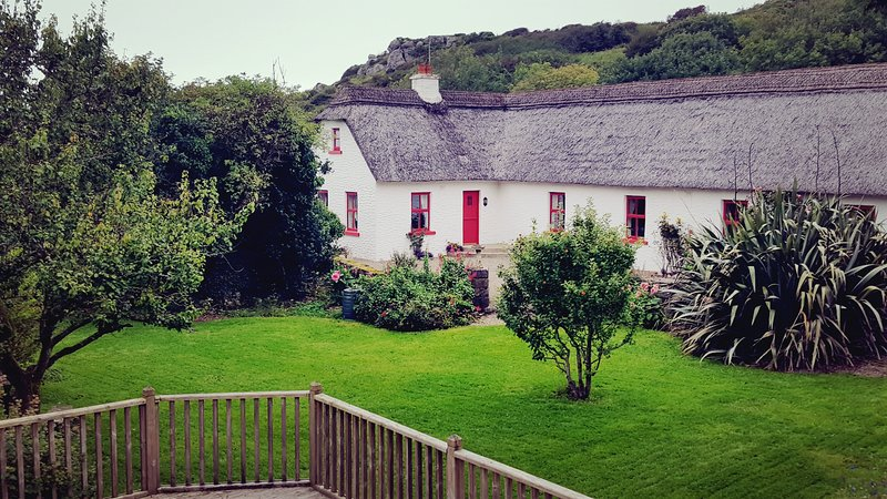 Thatched Cottage on Wild Atlantic Way – semesterbostad i Fanore