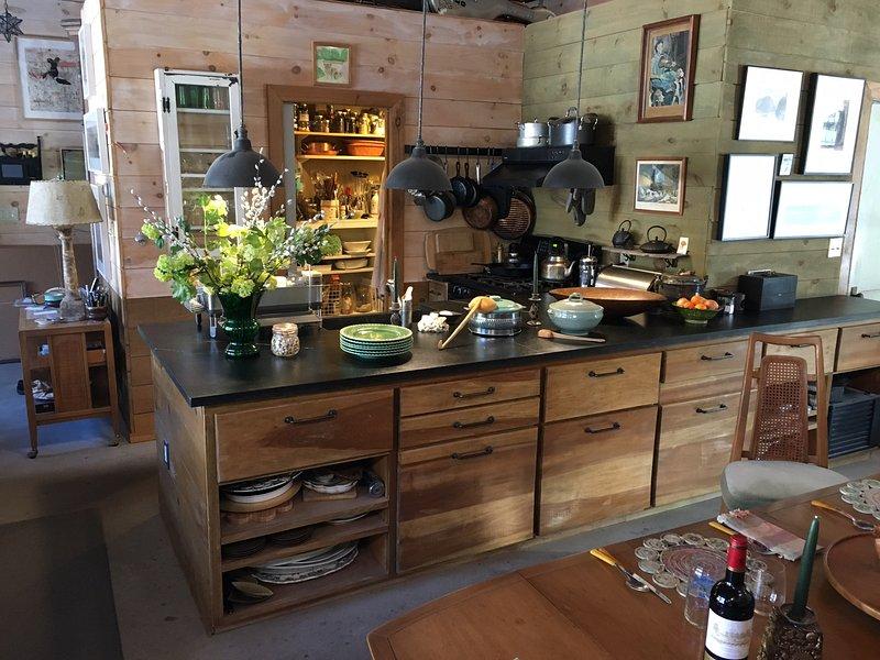La cocina tiene una isla y una despensa con nevera y lavadora / secadora.