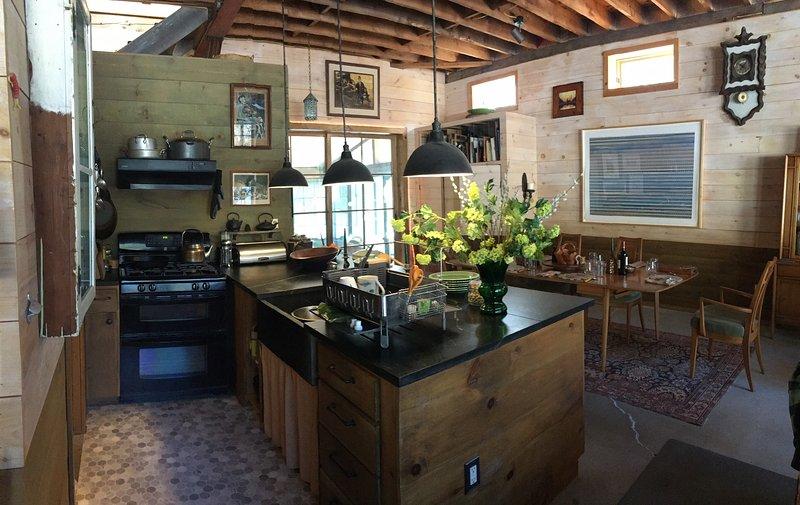 Cocina es eficiente (no lavavajillas). opciones de cocción al horno de leña son fuera en el patio.