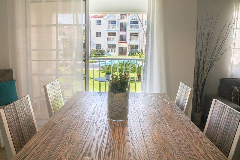 luminosa sala da pranzo con terrazza che si affaccia sul
