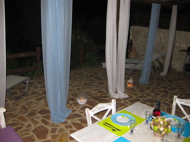 Als die Nacht hereinbricht, genießen Sie in einer exquisiten Atmosphäre die Gesellschaft Ihrer Lieben!