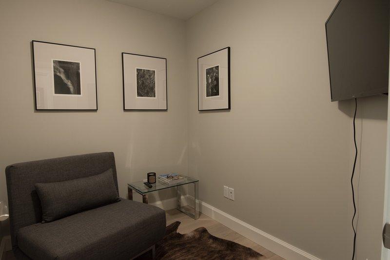 Den encuentra en el nivel principal del condominio cuenta con un sofá-cama doble y televisión.