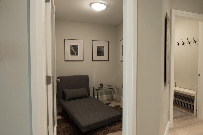 Un sofá-cama doble en el foso en el nivel principal.