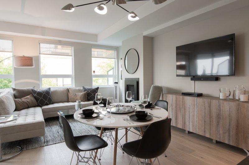 Comedor para cuatro personas en la sala, comedor y cocina de concepto abierto.