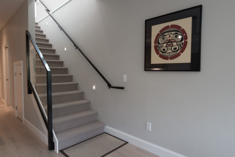 Escaleras al segundo nivel de condominio.