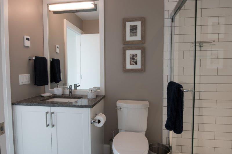 Segundo cuarto de baño con acceso a la segunda habitación o pasillo.