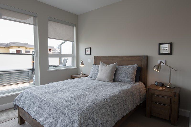 Dormitorio principal con cama de matrimonio, terraza privada y cuarto de baño.