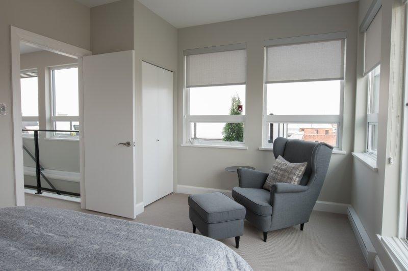 sala de estar en el dormitorio principal.