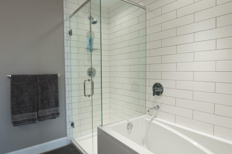 bañera y ducha separadas en el dormitorio principal en suite baño.