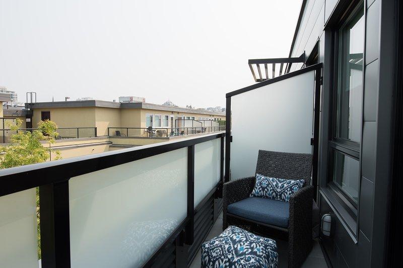 Dormitorio principal con balcón privado.