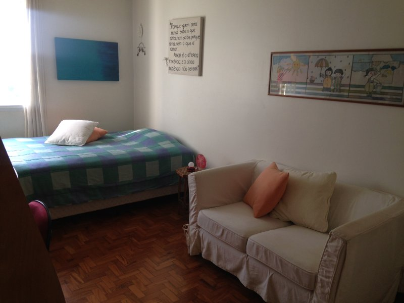 03 room with double bed, two-seater sofa, desk and closet ..