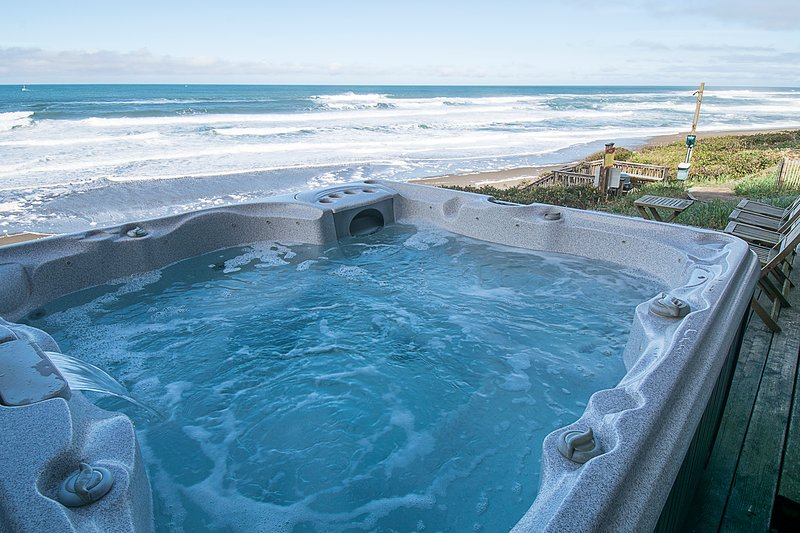 Glimmering Sands Oceanfront-HotTub-King Bed, Firep, holiday rental in Lincoln Beach