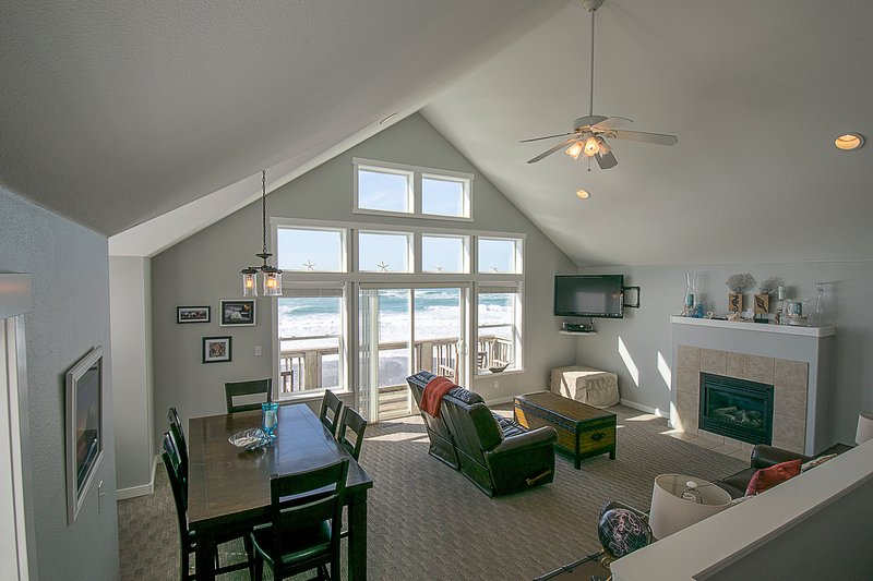 Luxury Waterfront in Bella Beach, King Bed, Hot Tub, holiday rental in Lincoln Beach