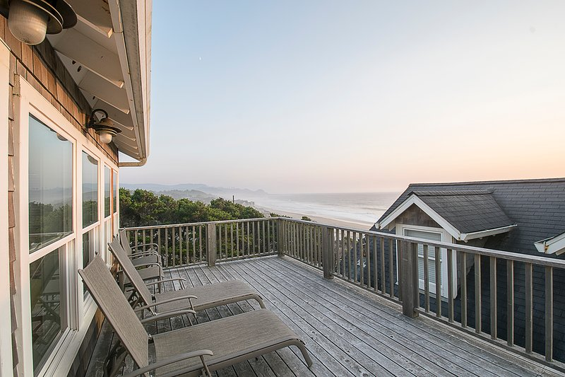 Watch the Waves  2 + BR, King Beds, Hot Tub, Flat Screen TV's, holiday rental in Lincoln Beach