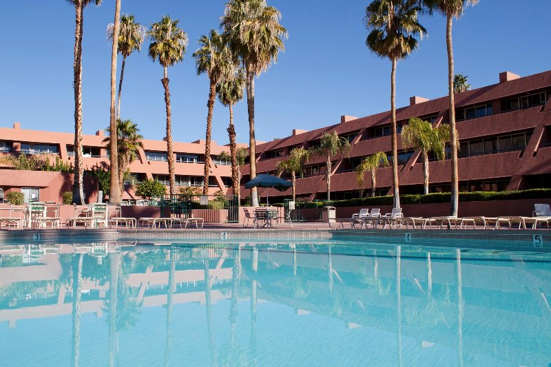 FLASH SALE! 1BR Condo w/ Pool View, Tennis Court & WiFi, alquiler de vacaciones en Palm Springs