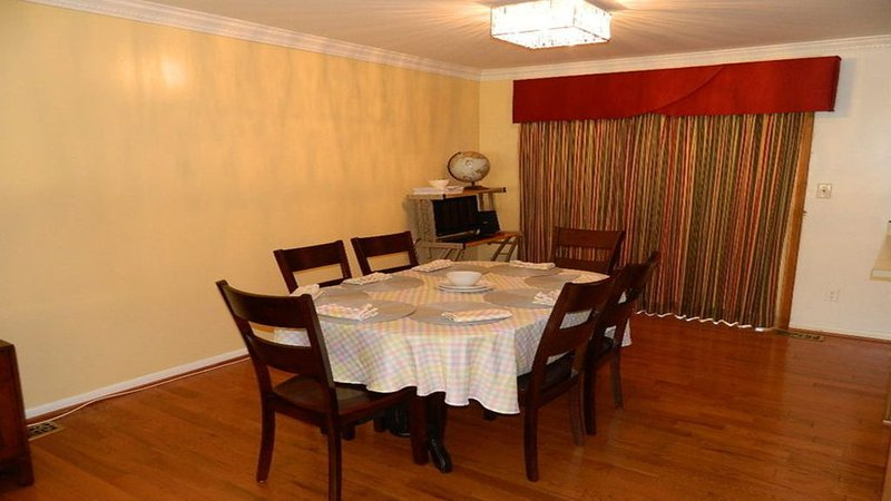 Charmng house with 3 bedroom, 4 beds, and 2 full bathrooms, vacation rental in Silver Spring