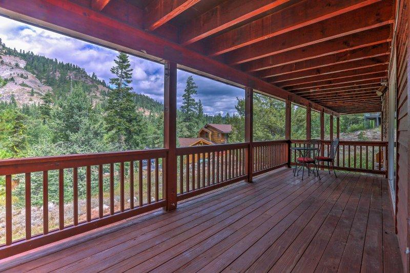 La propiedad cuenta con vistas despejadas a la montaña y una ubicación inmejorable.