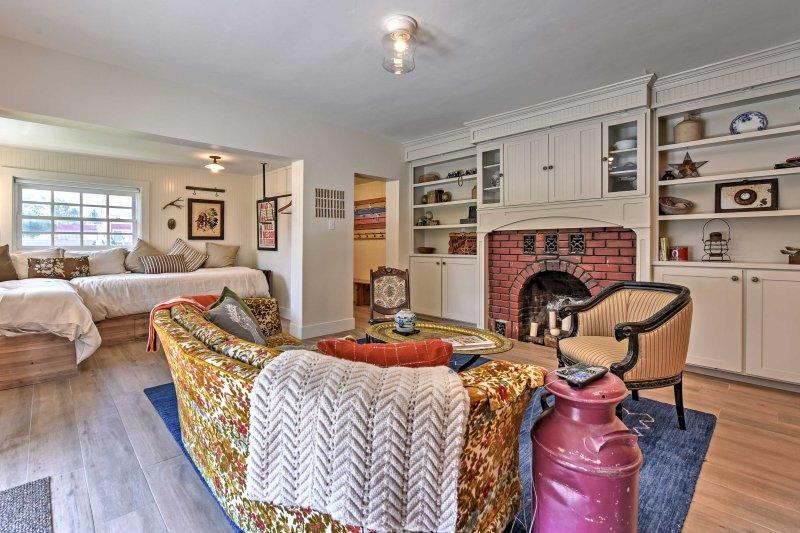 Aconchegar-se junto à lareira e desfrutar da atmosfera relaxante nesta casa remodelada.