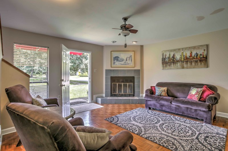 Baton Rouge Townhome w/ Pool Access - Mins to LSU, vacation rental in Inniswold
