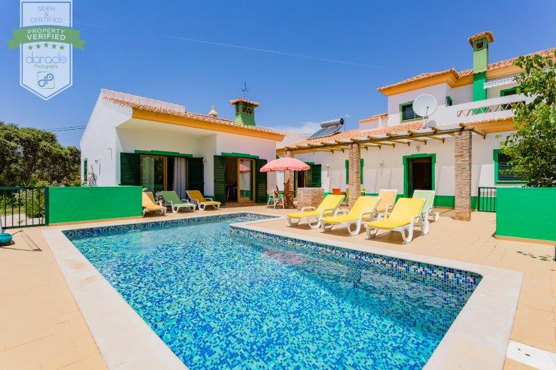 ALGARVE PRIVATE COUNTRY HOUSE with Heated Pool and playground, aluguéis de temporada em Azinheiro