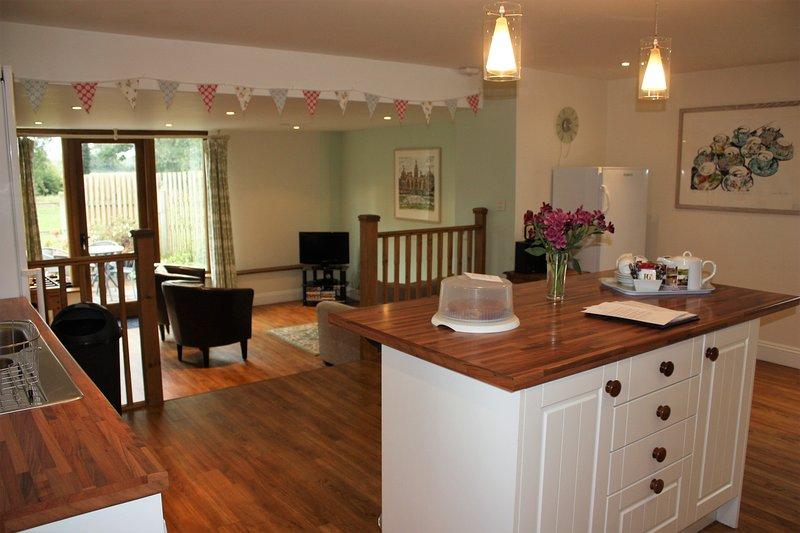 Un plan abierto, cocina y sala de estar, ideal para socializar o mantener un ojo en los niños