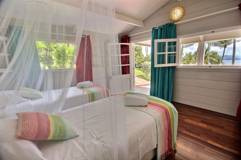 Guest room with twin beds and air conditioning