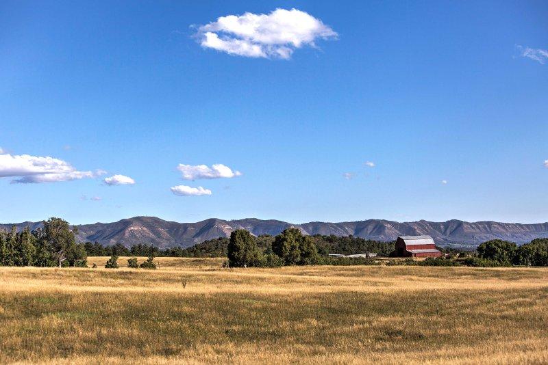 La proprietà di 80 acri è circondata dalle montagne.