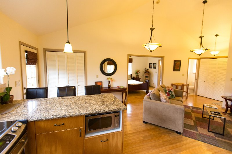 Charming Kuuipo Cottage near Hawaii Volcanoes National Park, holiday rental in Volcano