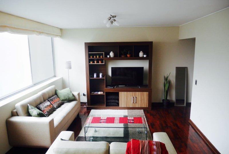 Luminosa sala de estar, estilo peruano.