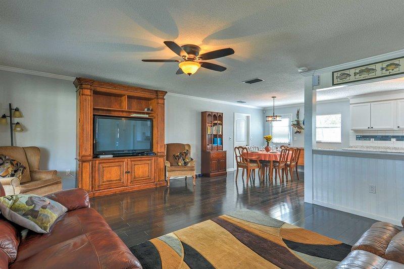 The Pierce Lake House 2BR Waterfront Home w/Dock!, location de vacances à Babson Park